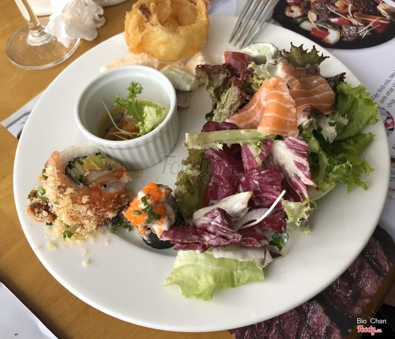 Hành tây chiên giòn, salad rau củ, bạch tuột sống, cuộn LionKing, salad cá hồi