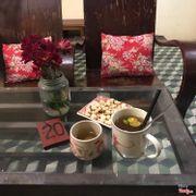 Vì trời hơi lạnh nên mình order trà quất mật ong nóng, vị rất thích. Còn đĩa bỏng và nước vối được miễn phí~