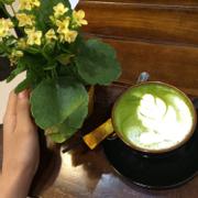 Quán có không gian rộng rãi , nhân viên phục vụ nhiệt tình vui vẽ , nhưng thức uống chưa đc ngon lắm, greenteA lạt , trà sữa cũng vậy. Có điều mình rất thik tên quán vì nó gợi cho mình nhớ về một người khá đặc biệt ☺️☺️☺️