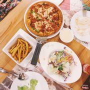 Deluxe pizza đế dày + khoai tây chiên + salad truyền thống