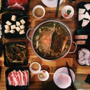 Chuẩn vị Hong Kong 👍🏻👍🏻👍🏻 nhân viên dễ chịu . Nhưng nước lẩu hơi mặn thịt khá tươi nhưng mình thik nhấy là đậu phụ ở đây ăn có vị khác lạ 😌😌😌 .