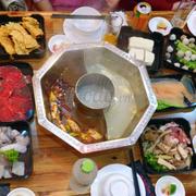 • Sẽ quay lại lần nữa!...💞 Đồ ăn ngon, đa dạng. Mình mua voucher trên adayroi chỉ có 130k/người, quá rẻ cho 1 suất buffet thế này. Sẽ có 6 loại nước lẩu cho các bạn lựa chọn, Trên hình là nước lẩu cay Tứ Xuyên và Lẩu Hong Kong Shabu ko cay. Đồ nhúng lẩu thì họ sẽ mang 1 lượt ra ngay lúc đầu, sẽ còn khá nhiều loại khác nữa nên các bạn nhớ xem menu để thưởng thức đủ nhé! Phục vụ nhanh, nhiệt tình, mình gọi đồ nhân viên mang ra rất nhanh. Nói chung là sẽ còn quay lại nữa 👍🏻👍🏻👍🏻