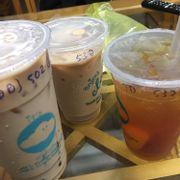 Mình đặt 3 ly: 1 trà sữa hok, 1 ly trà xanh đá xay với 1 ly trà đào, mà không hiểu sao khi ship tới thì ly đá xay của mình lại thành ly trà sữa. Nhân viên nên chú ý hơn trong lúc làm việc, tránh việc đưa sai nước cho shipper như này nữa :)