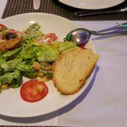 Đây là đĩa salad đã bị oanh tạc hết hơn nửa!