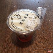 Black tea macchiato với dao nhựa nhỏ kèm theo để rạch miệng ly theo hướng dẫn để dùng thứ nước uống này đúng cách Koi