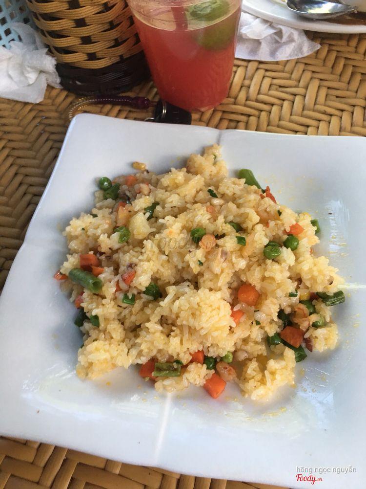 sau khi đã bỏ đậu và cà rốt, trước đó là chỉ có cơm với 1 tí hải sản