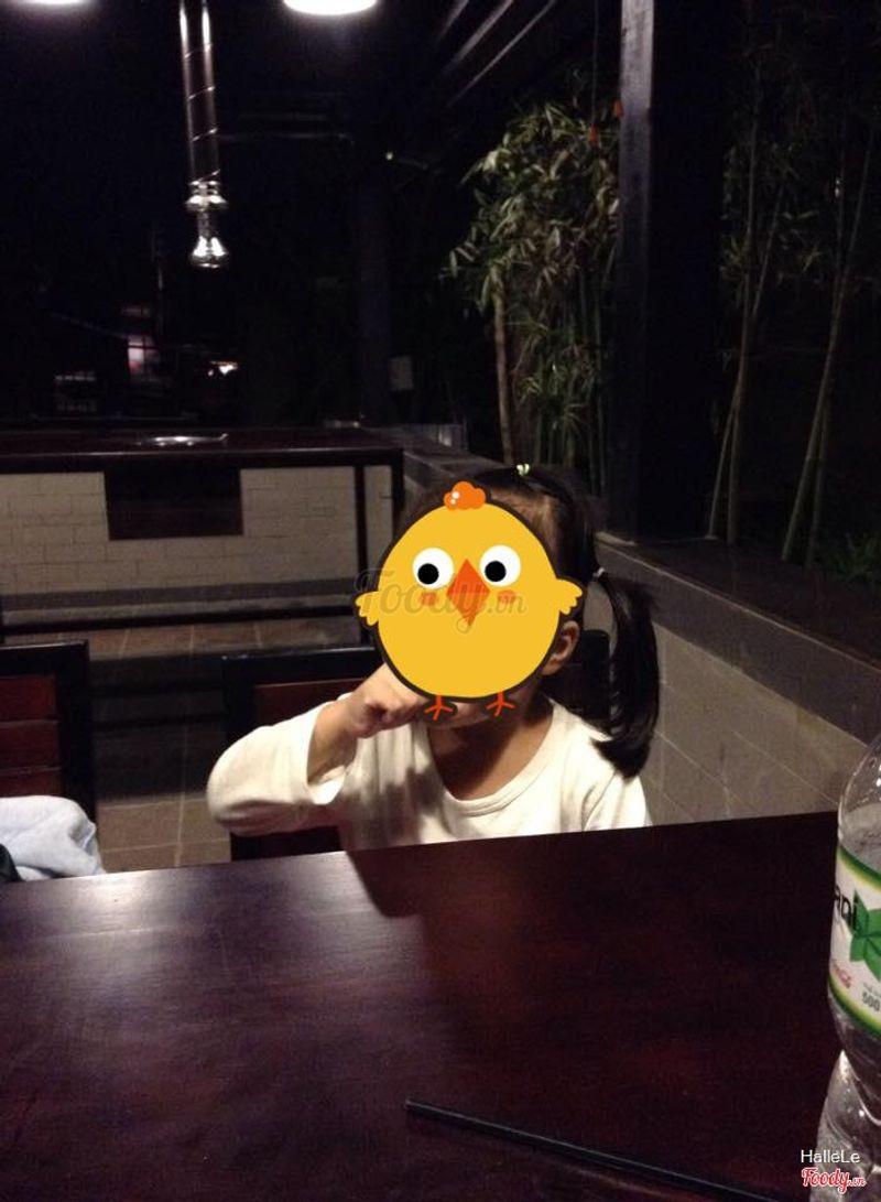 Em bé thích thú ngồi hát cho cả nhà thưởng thức giọng ca ăn cho miệng ^^
