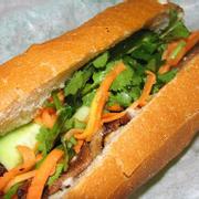 Ổ bánh mì Nha Trang chính hiệu to, đặc ruột có đầy đủ đồ chua, hành ngò, dưa leo!