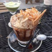 Koi samui hut Hoàng Cầu đang giảm giá mua một tặng một ạ . Mình gọi cà phê kem mà lúc mang lên một cốc to ú ụ 2 người ăn không nổi (59k ) . Được tặng một kem dừa matcha (48k ) . Ngoài ra không gian quan là điều tuyệt vời nhất . Ban công là ngoài trời đều rất rộng rãi và lung linh :))