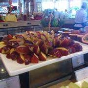 trái cây ở đây rất tươi, trươc khi cắt được nhân viên rửa, lau khô mới cắt ra