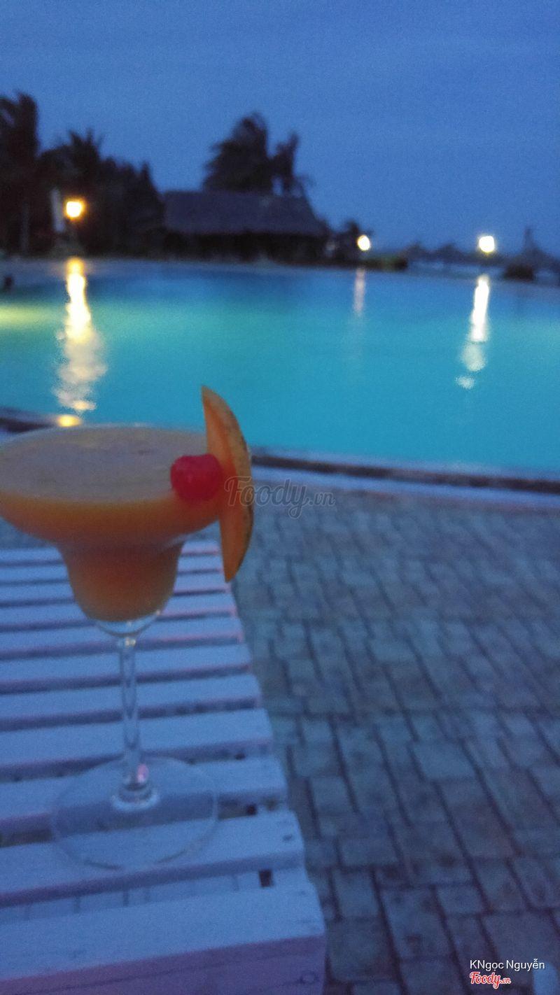1 ly mango magarita nhưng xoài nhiều quá rượu ko nhiều , bé phục cụ có vẻ ko biết pha