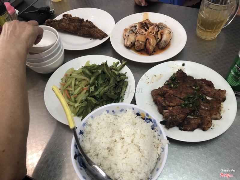 Sườn nướng, mực nhồi thịt, cá hồng chiên, rau xào