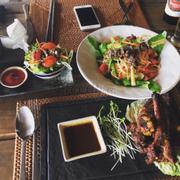 Trong hình là món BBQ pork rib và papaya & beef salad. Mùi vị món này y như món gỏi đu đủ mình đã ăn hồi đi Thailand, hỏi ra mới biết đầu bếp là người Thái