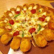 Pizza mới, 3 loại phô mai, nhân cua, ăn rất ngon, ngậy ngậy thơm vị phô mai.
