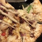 Bánh pizza mới của Pizza Hut ^^ Đế phô mai phồng cực mềm và xốp cho những Cheese-aholic đây ^^ miếng bánh vàng rụm và nhân đầy ụ nhé ))) cắn một phát là ngập vị phô mai luôn. Tuy loại bánh không đa dạng nhưng cực kì chất lượng nhé )))) Mức giá: 145 - 180k/chiếc