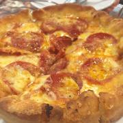 Pizza ngon mà đầy đặn, 01 combo gồm 1 pizza (6 miếng), 1 mỳ ý sốt kem và 1 salad