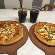 Quán sạch sẽ, thoáng, pizza khá ngon, phục vụ cũng dễ thương.
