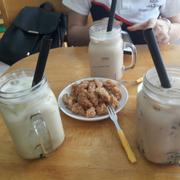 hồng trà. trà sữa vị kiwi và nem chua rán