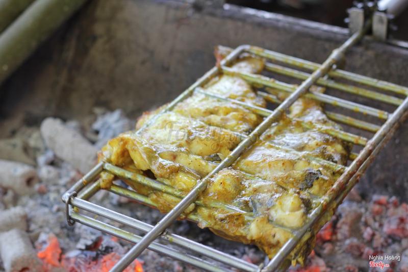 Cá ngạnh nướng bằng than hoa, mặc dù thời gian để cá nướng hơi lâu nhưng bì lại, hương vị món ăn sẽ rất tuyệt vời