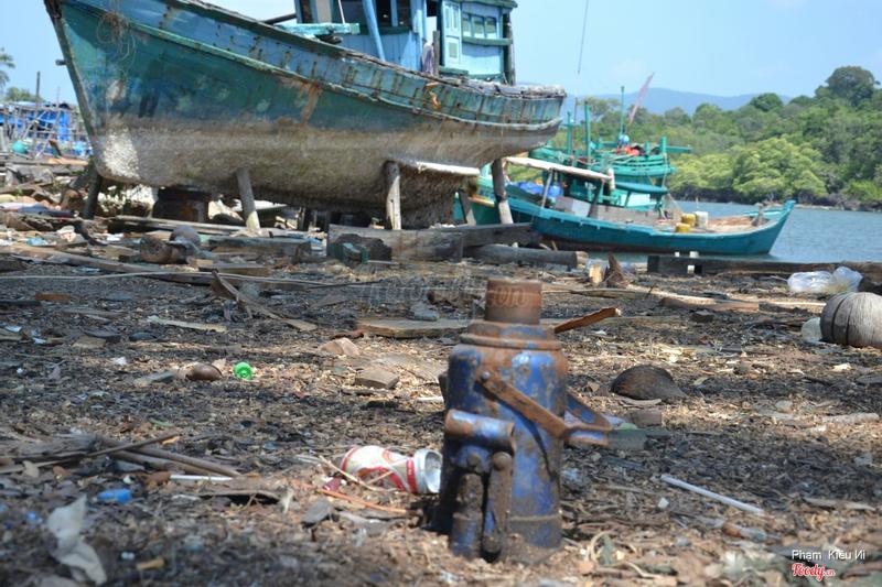 Bến tàu cá hoang tàn