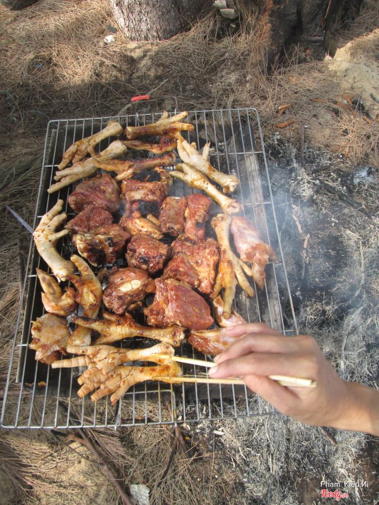 Tiệc BBQ nướng với chân gà nướng, sườn heo nướng...