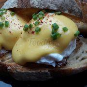Egg benedict 80k thì phải. Có thịt ba chỉ hun khói rán ở dưới trứng