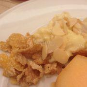 Bánh tiramisu ít ngọt nhưng béo thơm, rắc tí hạnh nhân và thêm chút sữa thì tuyệt vời