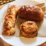 Bánh mặn, ngọt Tati Bakery: 🍪 Bánh tròn nhỏ: Bánh bột ngàn lớp nhân thịt với mộc nhĩ... Ăn bột ở ngoài giòn, thơm, nhân ở trong ăn như ăn mọc thịt ý :))) cơ mà hơi khô quá.  🍞 Bánh dài xoắn: Đây là bánh cheese, không có nhân, ăn thơm mùi cheese, ngậy, lớp vỏ ngoài giòn giòn 🍩 Bánh còn lại là bánh nhân socola: nói chung là vỏ ngoài mặn mặn, ở giữa nhân sôcla, vị không có gì đặc biệt lắm. ✔️Gọi bánh xong nvien sẽ hỏi có muốn đi hâm nóng lại bánh không. Sau tầm 5p thì bánh đc mang ra nóng hổi, bánh nhân socola ở trong chảy chảy ra thích phết ☺️😌 Không gian bánh chỉ có 1 tầng thôi cơ mà bày trí cũng xinh xinh hàn xẻng lắm :)) Địa chỉ: 76 Trần Xuân Soạn Giá bánh: 5-25k Giá bánh ở đây khá rẻ, bánh to tầm 15k, bánh bé 5-7k.. Rất nhiều loại cả bánh pastry nướng lẫn bánh ngọt bánh gato đủ cả ❤️❤️❤️