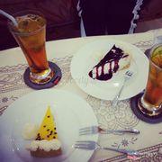 Combo nhỏ là cheesecake chanh dây còn combo lớn là cheesecake blueberry kèm 2 ly trà đào cực ngon