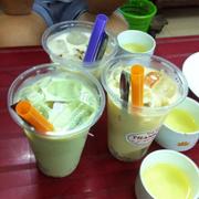 Cookie Choco (ống hút xanh), xí muội kiwi (bên trái), xí muội (bên phải)