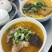 Bún bò bà Thương là 1 trong những quán bún bò mà mình nhớ nhất khi về Hà Nội. Bát bún rất ngon, nước đậm đà. Một bát đầy đủ như thế này giá khoảng 40k.
