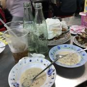 Tàn cuộc 4 dĩa cơm gà, 2 dĩa da gà, 1 cơm thêm 2 chai nước ngọt, 4 dĩa bánh flan 2 cái tổng thiệt hại 236k/4ng