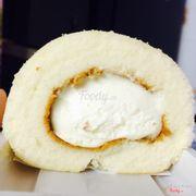 Bánh cuộn kem tươi ngon mềm ngậy giá 90k thì phải. Ngon không tả nổi hí hí