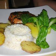 Phi lê cá hồi sốt bơ chanh : Không ăn kèm với khoai tây chiên và salads như các món ăn khác, món này ăn cùng cơm và khoai tây nướng. Cá hồi giòn bên ngoài, mềm bên trong cộng với sốt vị lạ, ngon mà kh