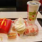 Hamburger, khoai tây, nước ngọt, kem