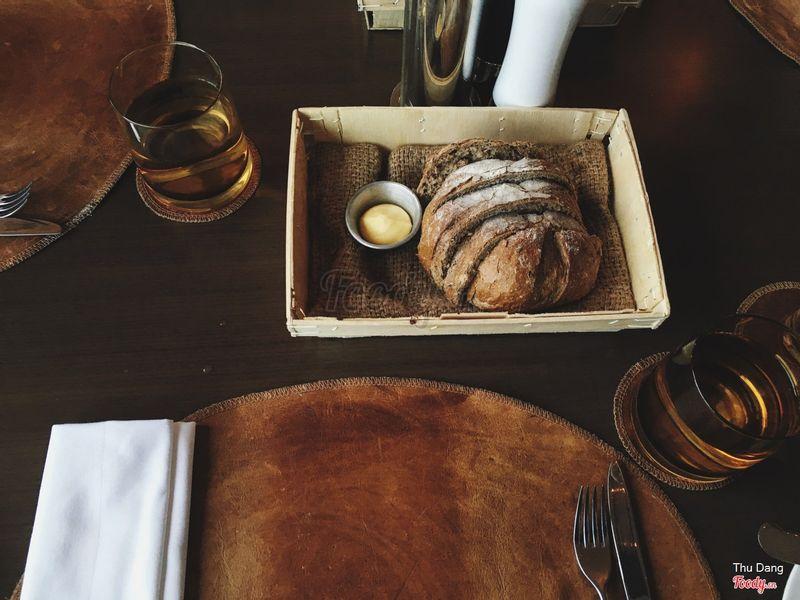 Trong khi đợi món cả nhà chia nhau hai ổ bánh mỳ mới ra lò kèm bơ cực thơm.