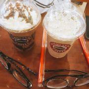 Mới đi buổi tốiii nàyy💕 mới đầu định là mua hazelnut phin freeze ấy chứ mà kì thật là trong thực đơn kh có !!?? Nên rốt cuộc chọn đc 2 ly freeze socola và cookie & cream . Thạch của socola nó ngonn lắm á kem cũng ngon lắm cookies & cream cũng ngon béo nhưng chắc socola ngon hơn , mấy bạn thích béo hoặc bánh oreo chắc chọn cookies & cream là tuyệt nhất r 😁