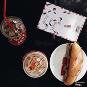 Cuộc sống đơn giản chỉ là ly cà phê, sách , bánh mì ...