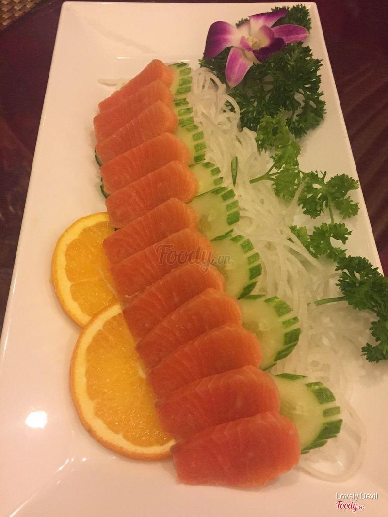 Sashimi cá hồi, có lá kim kèm theo để cuộn
