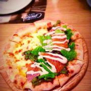 Pizza Half-Half một bên là bánh pizza 4 loại phomai, một bên là cá hồi, phomai thơm, cá hồi thì mềm, ngon 👍👍👍