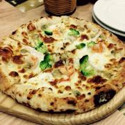 Pizza tôm và bông cải xanh