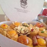 Cho bạn nào có nhu cầu tặng bánh cho những người thân yêu cho trang trọng thì bên mình cũng có hộp giấy nhé. 100k/hộp 10 bánh như hình ;-)