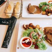 Không hiểu sao lại không hâm miếng thịt cho khách ăn nó cứ ngụi ngắt làm sao í , nhưng salat rất ngon nhé 💕