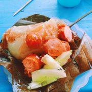 Bánh giò ngõ Đông Các  Quán nằm đối diện trường tiểu học Thịnh Hào, bánh giò nóng, hơi ít nhân nên phải ăn kèm với xúc xích, sốt ớt hơi ngọt, muốn ăn dưa chuột thì phải dặn chị chủ. Chỉ chủ dễ tính đáng yêu lắm quán mở từ sáng đến 5 6h chiều. 25k bánh giờ kèm xúc xích + 3k trà đá
