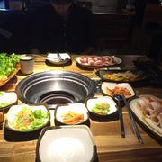 Đồ ăn đầy bàn mà nhân viên quên đem than ra. Cũng không thèm đem bình nước và khăn lạnh cho mình.