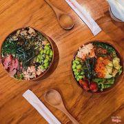 Poke half salad half sushi rice, cá hồi, cá hồi sốt cay, topping là rong biển tươi, rong biển khô, edamame, thanh cua, nấm, gùng đỏ, trứng cá.