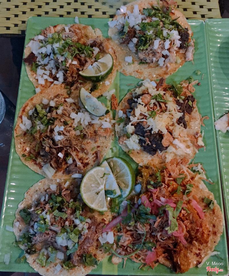 Taco - Khi ăn cuốn lại như đồ cuốn của Vn mình ấy ^^, rồi chấm với sốt của món.