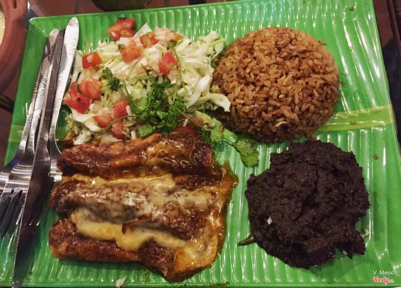 Quesadilla - khi ăn kết hợp mỗi thứ một xíu xíu tạo hương vị lạ và rất ngon, mình thích phần đậu đen kia.