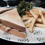 Sandwich tuna + khoai tây chiên. Giòn. Ngon!