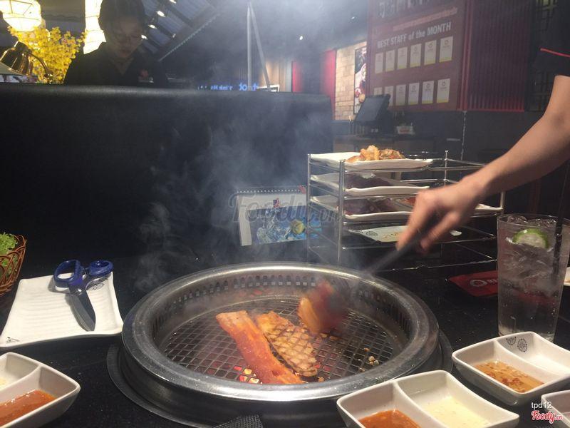 được nhân viên nướng thịt cho nèee